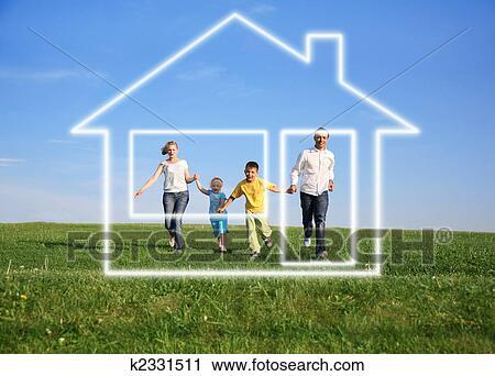 stock fotografie familie mit traumhaus k2331511 suche stockfotos fotos prints bilder. Black Bedroom Furniture Sets. Home Design Ideas