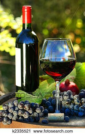 圖庫 - 杯 紅葡萄酒, 由于, 瓶子 ...