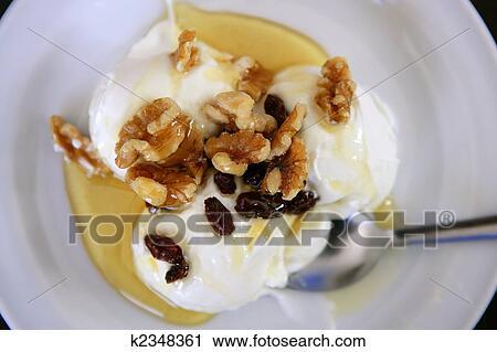stock fotografie griechischer joghurt nachtisch mit bl tenhonig und waln sse k2348361. Black Bedroom Furniture Sets. Home Design Ideas