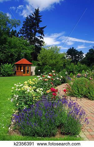 Archivio fotografico giardino con rose k2356391 - Giardino con rose ...