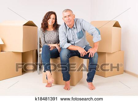 Archivio fotografico coppia a casa nuova k18481391 for Disfare la valigia in inglese