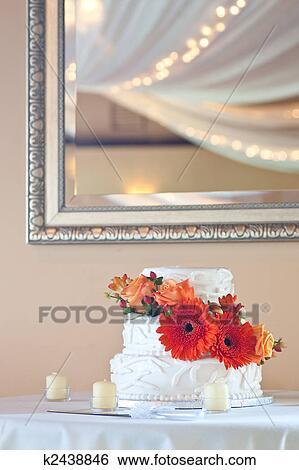 stock bilder einfache wei e hochzeit kuchen mit blumen k2438846 suche stockfotografie. Black Bedroom Furniture Sets. Home Design Ideas