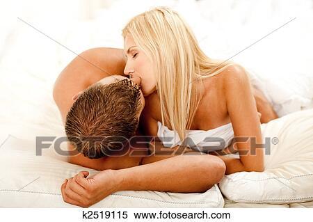 年轻夫妇 在床上亲吻
