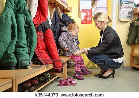 stock fotografie mutter ausw hlen aufw rts sie kind von a kindergarten in garderobe 2. Black Bedroom Furniture Sets. Home Design Ideas