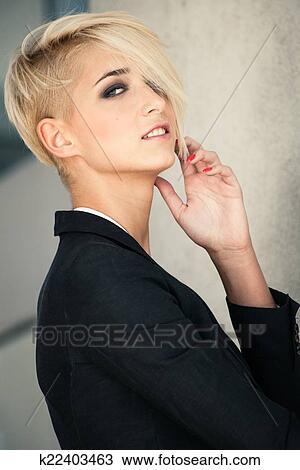 banque de photo cheveux courts blond femme k22403463 recherchez des images des. Black Bedroom Furniture Sets. Home Design Ideas