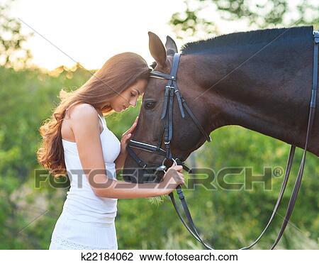 stock foto portr t sch ne frau mit langen haaren n chste pferd k22184062 suche. Black Bedroom Furniture Sets. Home Design Ideas
