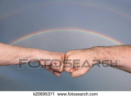 两个人, 碰撞, 拳头, 对, the, 背景;, 在中, a, 有暴风雨的天空, 带