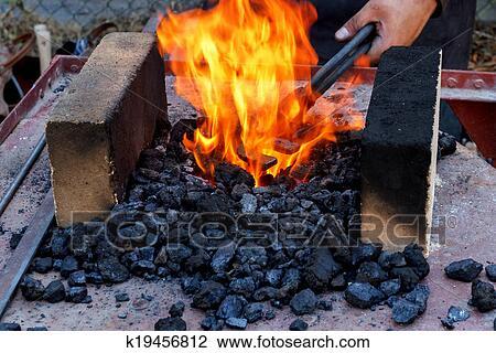 Banque de photo forgeron fournaise br l charbons for Fournaise exterieur