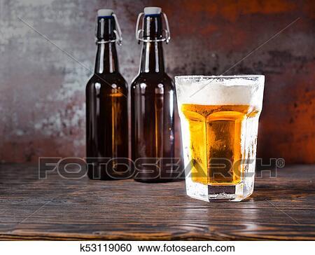 玻璃, 带, a, 光, 啤酒, 同时,, a, 头, 泡沫, 在上, 老, 黑暗, 桌子图片