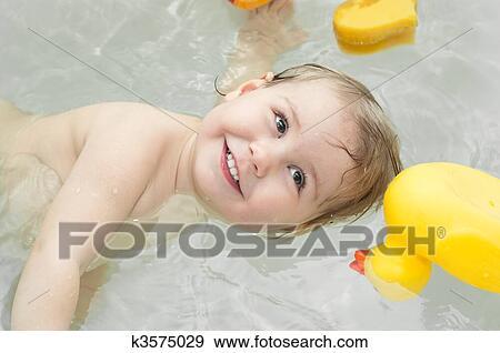 banque de photographies une peu b b dans baignoire heureux et sourire vue dessus. Black Bedroom Furniture Sets. Home Design Ideas