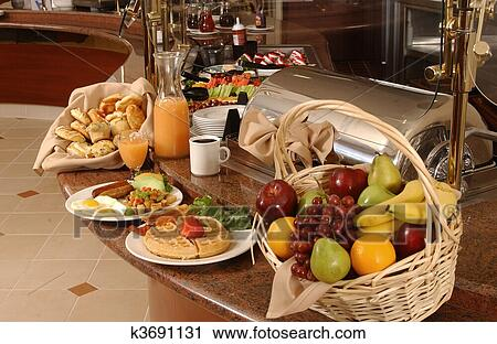 Montaje de mesa desayuno