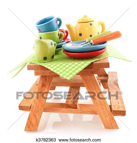 banque de photo bois table pique nique vaisselle k3782363 recherchez des images des. Black Bedroom Furniture Sets. Home Design Ideas