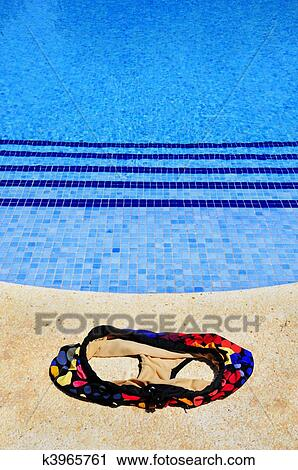 Banques de photographies piscine et maillot de bain for Nudiste piscine