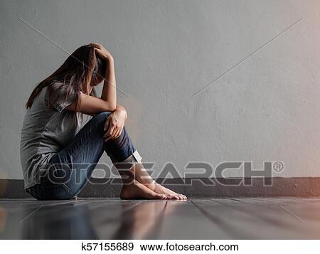 创意摄影图片库 - 悲伤妇女, 拥抱, 她, 膝盖, 同时,, 喊叫, 当时, 坐