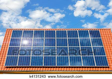 banque de photo panneau solaire sur a toit k4131243 recherchez des images des. Black Bedroom Furniture Sets. Home Design Ideas