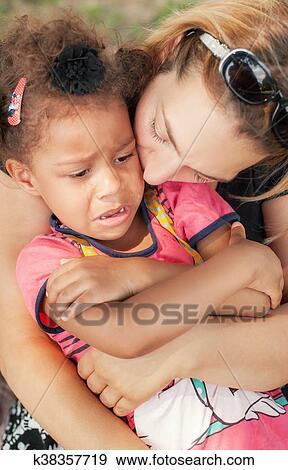 十四小女孩做爰相片_创意摄影图片库 - 妈妈, 安慰, 她, 哭泣, 小女孩