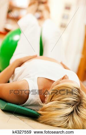banque de photographies femme enceinte faire grossesse gymnastique k4327559 recherchez. Black Bedroom Furniture Sets. Home Design Ideas