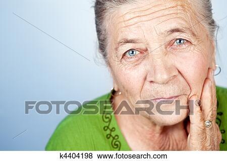 фото крупным планом писающищ бабушек