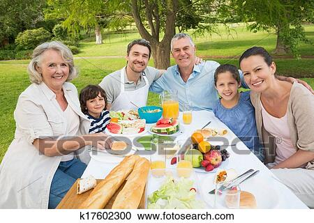 Banco de fotograf as familia extendida cenar en mesa for Banco de paletas al aire libre