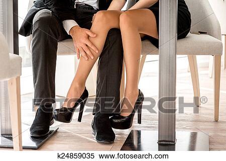 Женские ножки под столом фото 3617 фотография