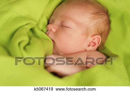 banque de photographies nouveau n dormir sur a vert couverture k5067419 recherchez des. Black Bedroom Furniture Sets. Home Design Ideas