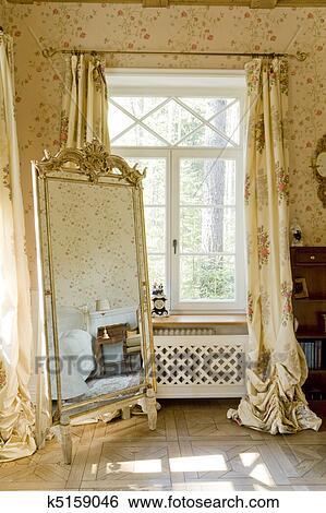 banque d 39 images fen tre dans a chambre coucher a miroir k5159046 recherchez des. Black Bedroom Furniture Sets. Home Design Ideas