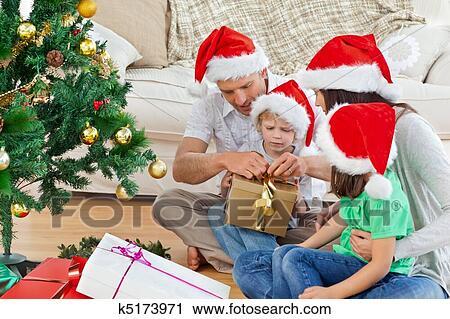 stock fotografie familie ffnung weihnachtsgeschenk. Black Bedroom Furniture Sets. Home Design Ideas