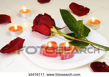 stock fotografie romantische einladend tisch mit rosenbl te und kerzen k5416111 suche. Black Bedroom Furniture Sets. Home Design Ideas