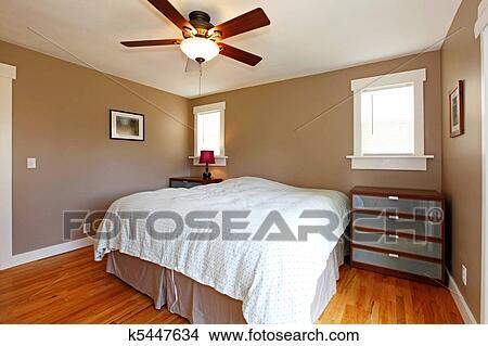 Banque de photo chambre coucher brun murs bleu couverture k5447634 recherchez des - Chambre a coucher brun beige ...