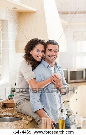 图片银行 - 美丽, 夫妇拥抱, 在厨房图片