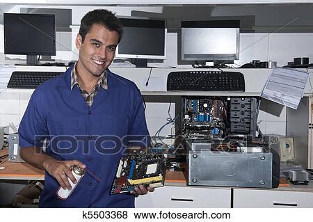 images technicien ordinateur carte m re atelier k5503368 recherchez des photos des. Black Bedroom Furniture Sets. Home Design Ideas