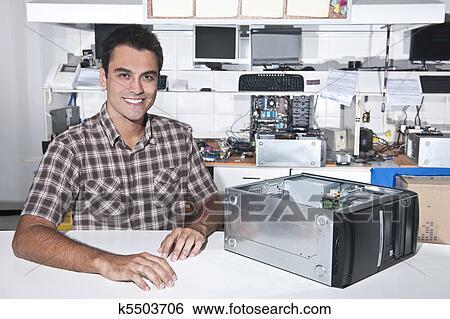 banque d 39 images heureux propri taire de a r paration ordinateur magasin k5503706. Black Bedroom Furniture Sets. Home Design Ideas