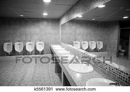 Stock fotografie badezimmer urinal reihe mit grau fliesenmuster k5561391 suche - Fliesenmuster schwarz weiay ...