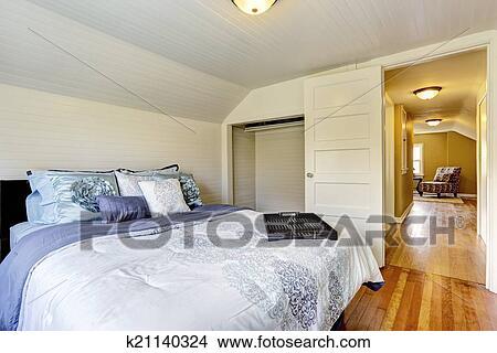 Arkivfoto   hvit, soverom, indre, med, dronning, størrelse, seng ...