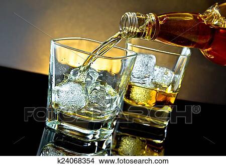 stock foto barkeeper gie en whiskey vor whiskey glas auf warm licht k24068354 suche. Black Bedroom Furniture Sets. Home Design Ideas