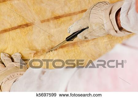 stock fotograf mann schneiden daemmung material f r. Black Bedroom Furniture Sets. Home Design Ideas