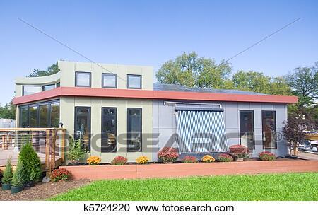 banques de photographies moderne solaire maison panneaux solaires solaire chauffe eau. Black Bedroom Furniture Sets. Home Design Ideas