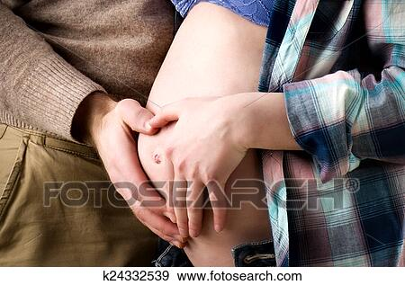 Парень девушку трогает фото