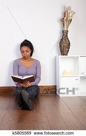 stock fotograf sch ne frau hause entspannen lesen buches k5805569 suche stock fotografie. Black Bedroom Furniture Sets. Home Design Ideas