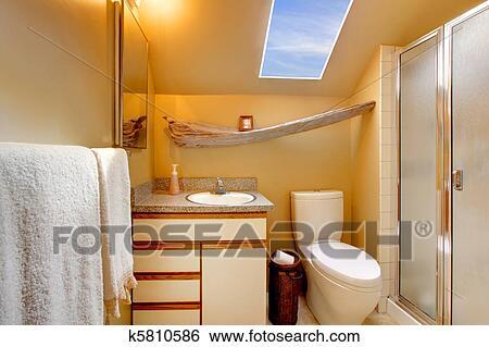 stock bilder gelb einfache badezimmer mit dachfenster k5810586 suche stockfotografie. Black Bedroom Furniture Sets. Home Design Ideas