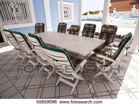 Banque d 39 images table ext rieur k5859096 recherchez for Banque exterieur d algerie