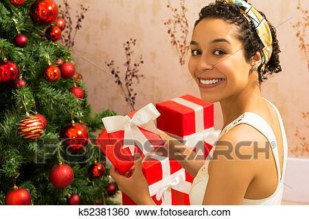 欧美黑人多人群交�9��y�)��,y.ly/)_黑人妇女, 是, 握住, 红, 礼物, box., 圣诞节, 树.