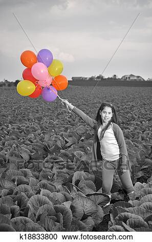 stock fotografie a teenagerm dchen in schwarz wei mit farbenpr chtige luftballons. Black Bedroom Furniture Sets. Home Design Ideas