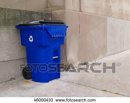 banque de photo lg bleu poubelle sur trottoir ville k6000433 recherchez des images des. Black Bedroom Furniture Sets. Home Design Ideas