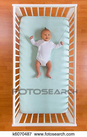 image vue dessus de b b dans lit camp k6070487 recherchez des photos des images des. Black Bedroom Furniture Sets. Home Design Ideas