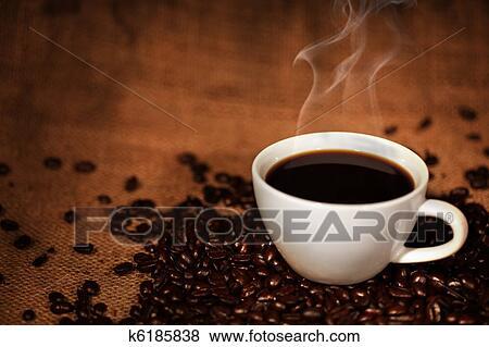 bilder kaffeetasse auf geroestete kaffeebohnen k6185838 suche stockfotos bilder print. Black Bedroom Furniture Sets. Home Design Ideas