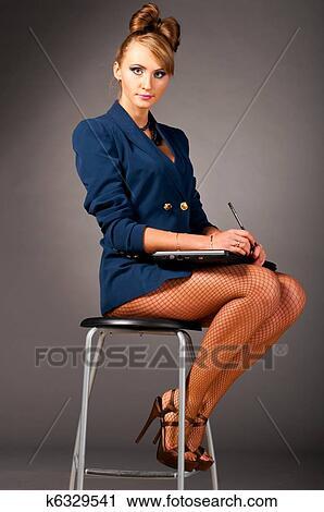 Секретарша в офисе фото