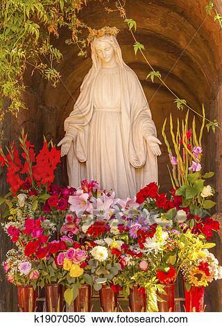Banque d 39 image vierge marie statue fleurs jardin for Statue vierge marie pour exterieur