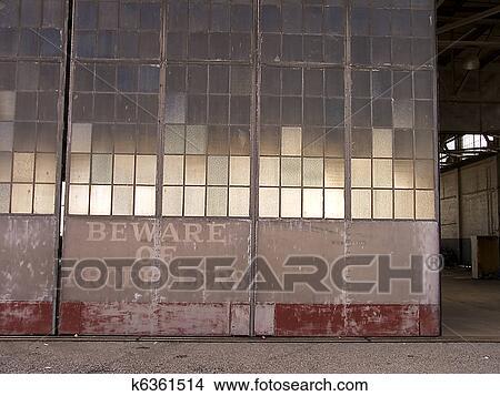 Banque de photo hangar porte k6361514 recherchez des for Porte hangar