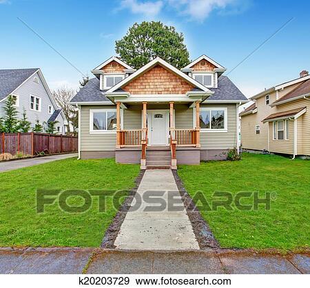 Archivio fotografico casa exterior portico anteriore for Piccola casa con avvolgente portico